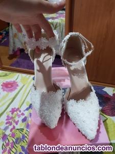 Zapatos blancos y sandalias plateadas