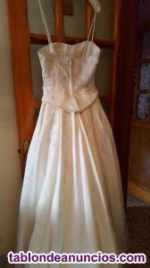 Vestido de novia con pedreria en todo el vestido, un solo