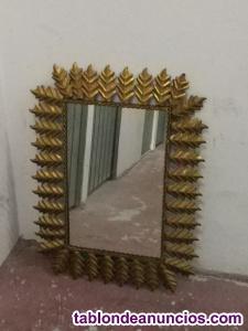 Espejo vintage con marco de hojas en metal dorado