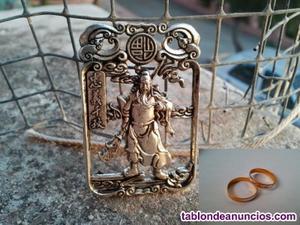 Precioso medallón colgante perforado de plata tibetana.