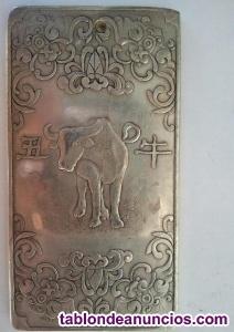 Exquisito lingote de plata tibetana con el signo del buey y