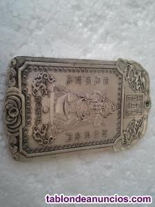 Hermoso lingote de plata tibetana con el dios de la fortuna