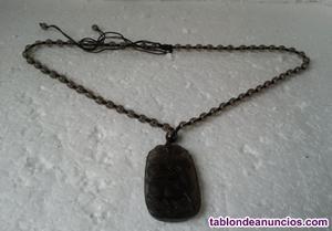 Radiante medallón hecho en vidrio con relago de un collar a