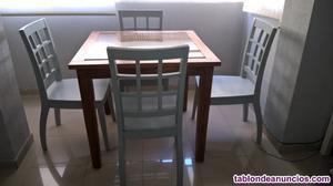 Estupenda mesa de comedor con cuatro sillas