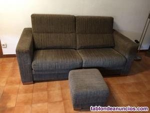 Sofá de dos plazas y puf