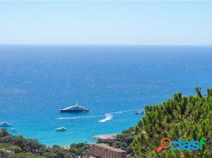 Terreno con increíble vistas al mar sobre la playa de Cala