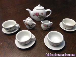 Juego de té de porcelana en miniatura
