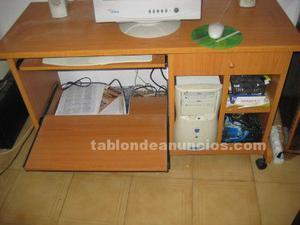 Mesa de ordenador de madera con ruedas