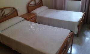 Dormitorio dos camas + mesilla