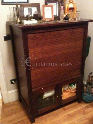 Mueble de madera maciza con persiana
