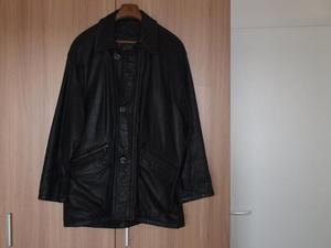 chaqueta de cuero de color negro