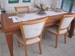 mesa comedor rectangular con cuatro sillas tapizadas