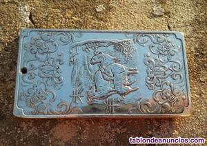 Bonito lingote de plata tibetana con la cabra como signo