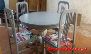 Mesa redonda con cuatro sillas