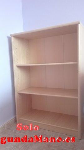 Se vende estantería de madera clara.