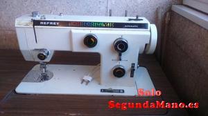 Se vende máquina de coser Refrey electrica y con mueble