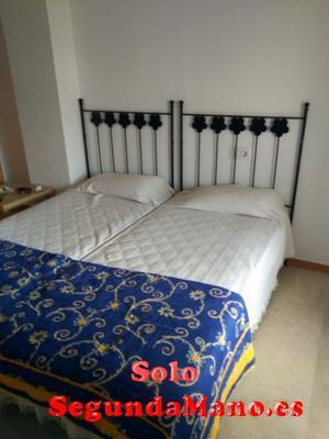 Se venden dos camas de 90 cm con colchas azules