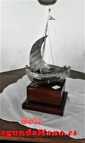 Barco a vela sobre pedestal de madera, en Plata (149a)