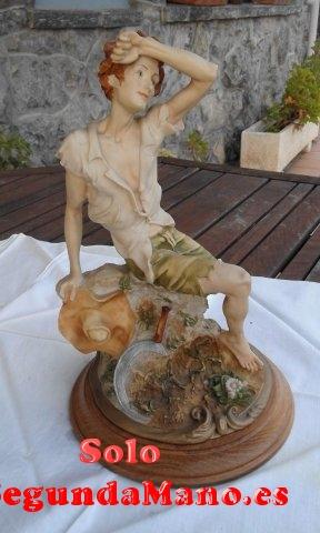 Escultura pastor sentado sobre peana (181a)