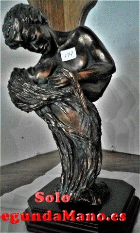 Escultura realizada en bronce y Piedra Amor a)