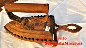 Plancha antigua de hierro fundido con reposador (234a)