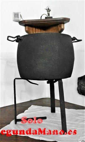 Pota antigua de hierro, para colocar sobre brasero (168a)