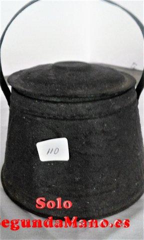 Pota antigua pequeña de hierro con asa (110a)