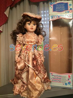 muñeca de porcelana con soporte y en su caja