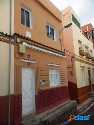 Casa de dos plantas en Valleseco. Reformada
