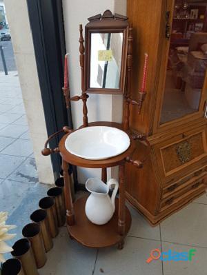 Palanganero con jarra de estilo antiguo