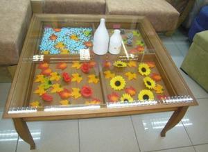 Mesa centro de salón nueva de madera con decoración