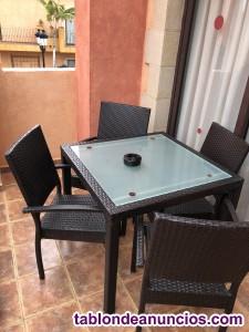 Conjunto de mesas y sillas para restaurante o particular