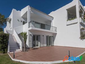 Adosada de Esquina con 4 dormitorios en Nueva Andaluciía