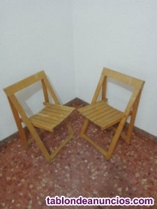 Dos sillas plegables de madera