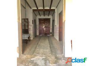 Excelente casa para reformar, con puertas de madera,