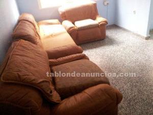 Sofá y dos sillones marrones