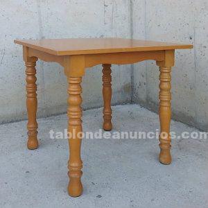 Mesa de madera con patas torneadas