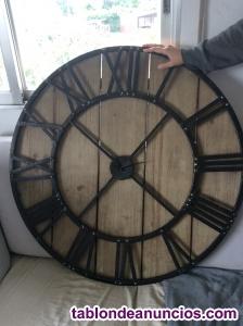 Reloj de pared en madera y metal