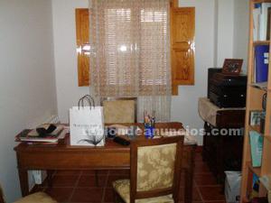 Mesa, sillón y sillas despacho