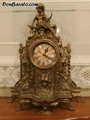 Reloj y candelabros dorados de bronce