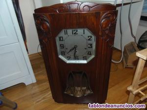 Reloj de pared en uso.