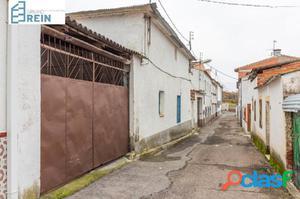 Casa de pueblo en Recas con gran fachada, bonito patio y
