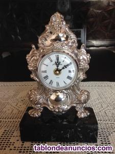 Reloj de sobremesa en plata de ley
