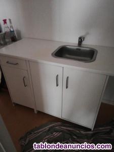 Mueble de cocina con fregadero y grifo