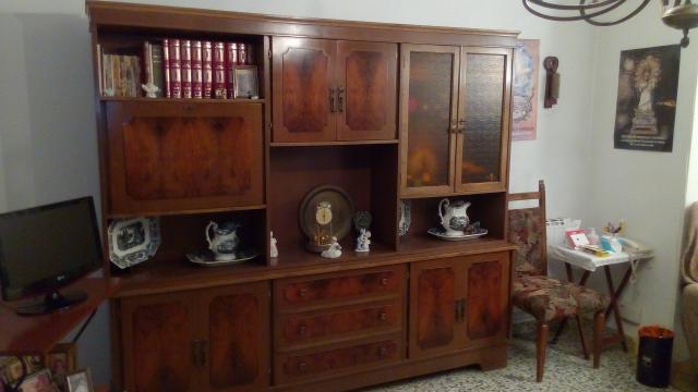 Mueble libreria de madera oscura