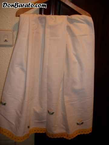 Cortina de tela de batista bordada