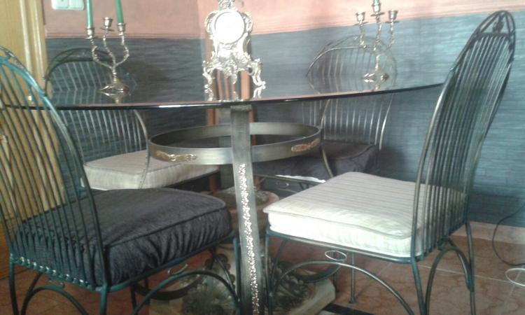 Mesa de salon cristal forja y piedra más 4 sillas