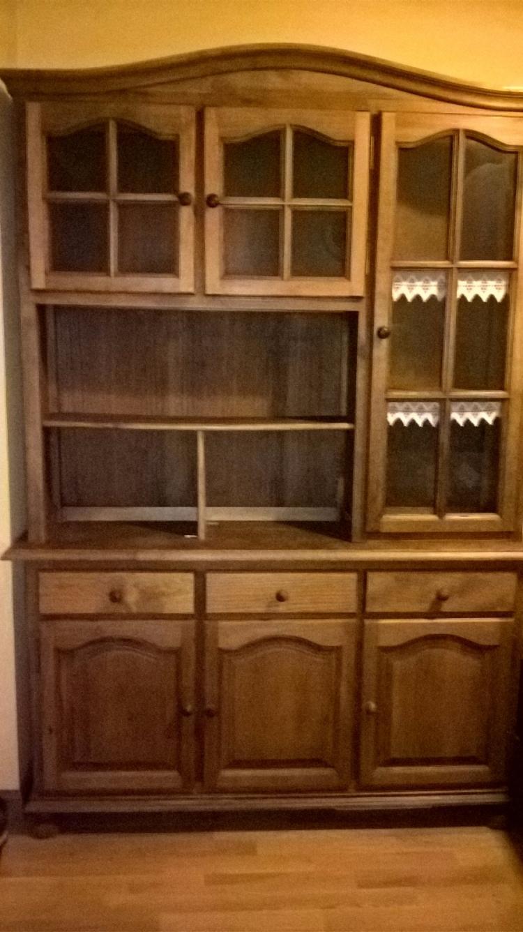 Mueble tipo alacena de madera de pino.