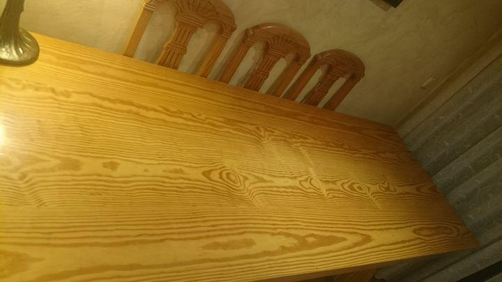 Sillas y mesa de madera maciza de pino