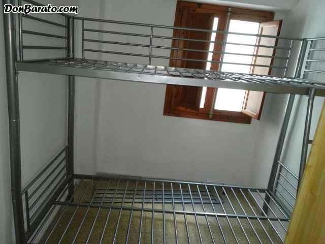 Litera metálica con escalera y barandilla